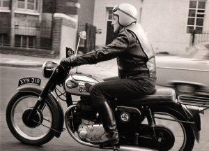 Fanion 59 sur la moto de Father Graham